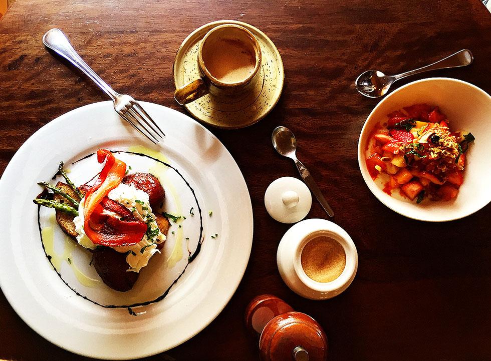 вкусные яйца-бенедикт в Перу подают на завтрак в Ciccolina в Куско