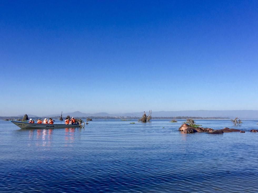 Мы плывем на лодке по озеру Найваша
