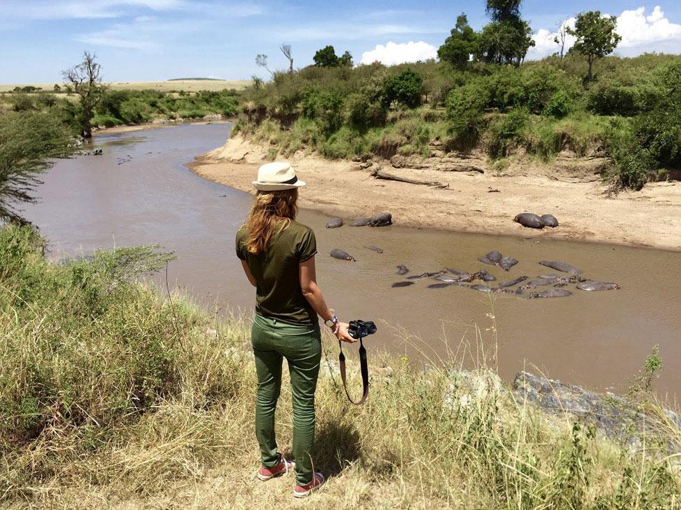 Вода просто кишит крокодилами. Своими глазами видели штук пять на протяжении 100 метров. А вон те существа, похожие на камни, это гиппопотамы.