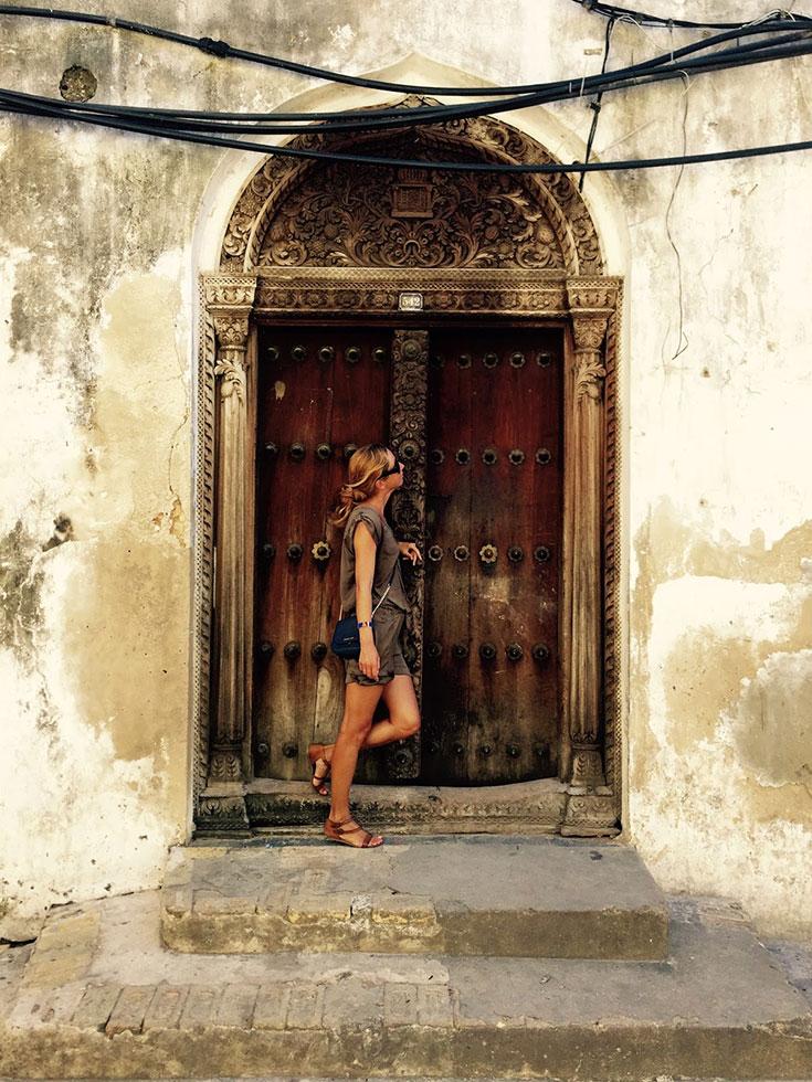Вот такие двери с шипами попали на Занзибар благодаря умельцам из Индии
